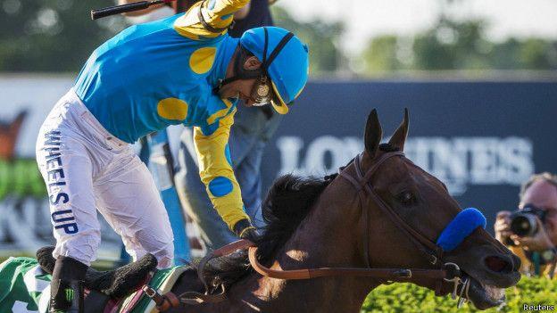 El caballo American Pharoah logra la Triple Corona de EEUU en 40 años con la monta de mexicano