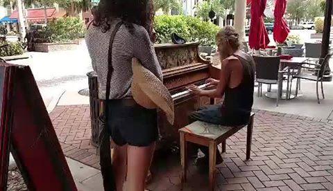 Colocaron un piano en la calle y un mendigo se mandó un concierto