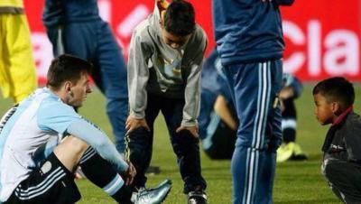 El conmovedor consuelo en plena cancha de dos niños chilenos a Messi tras la final