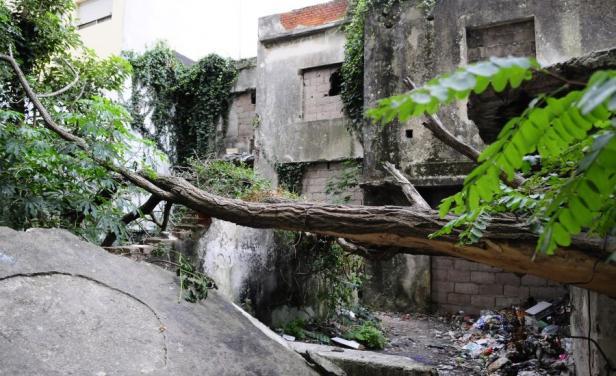 Policía desalojó a intrusos en Villa Biarritz, pero aún falta demoler las casas