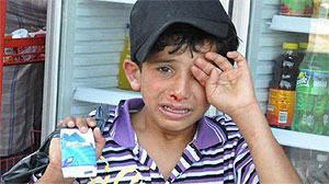 """Fatmagül """"es inocente"""": Niño sirio sufre brutal paliza por vender pañuelos desechables en Turquía"""