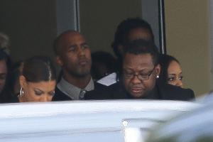 Hija de Whitney Houston es sepultada en medio de bochornosa disputa familiar