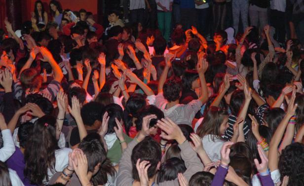 Postergan baile para adolescentes en Carrasco por exigencias de no usar piercings, ropa deportiva y estar rapados a los costados