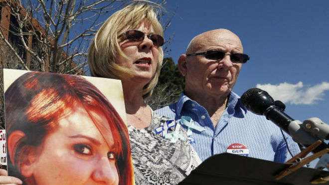 Mataron a su hija en tiroteo y deben pagar 200 mil dólares al proveedor de balas del asesino