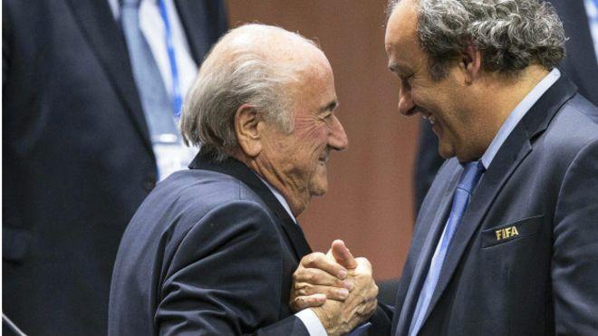 """Ruedan cabezas: La FIFA suspende a Blatter y Platini """"de toda actividad vinculada con el fútbol"""""""