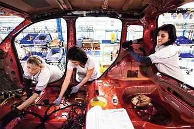Empleadas de Fiat en pie de guerra contra el uniforme blanco para trabajar