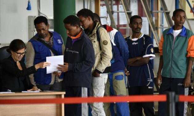 Volar con un documento falso, la otra opción de los refugiados para llegar a Europa