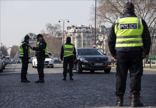 """París aplica la circulación alterna este lunes por un """"pico"""" de contaminación"""