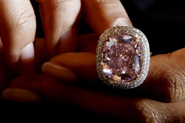 Venden diamante rosa por 28,5 millones de dólares en Ginebra