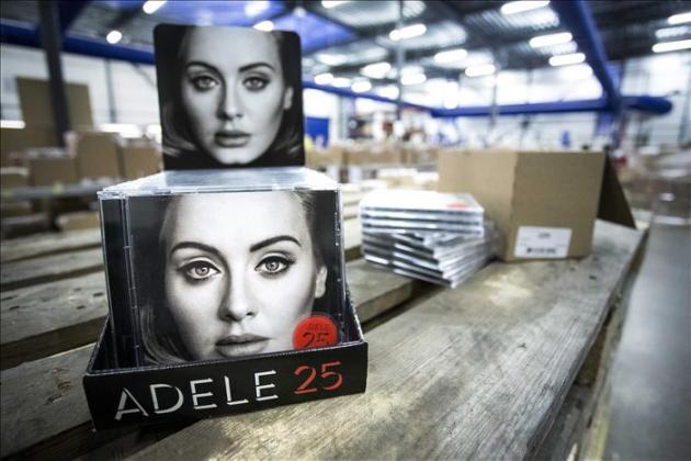 """Adele vende en tres días 2,3 millones de copias de su álbum """"25"""" en EEUU"""