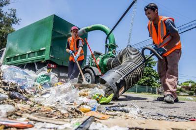Intendencia de Montevideo sale a limpiar las calles con aspiradoras