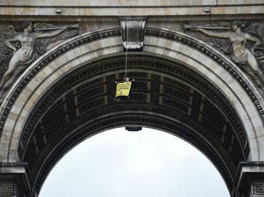 Activistas de Greenpeace escalan el Arco del Triunfo en Francia