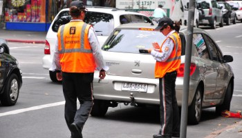 Prohíben estacionar en algunas avenidas y rambla de Montevideo para mejorar el tránsito