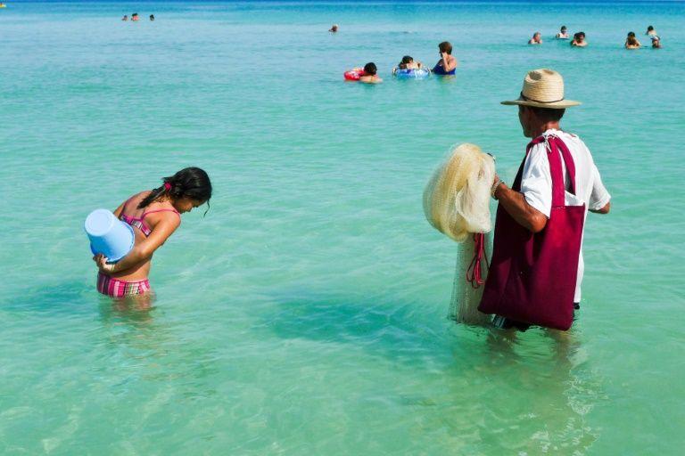 Turistas llegan a Cuba en masa y cubanos migran por miles