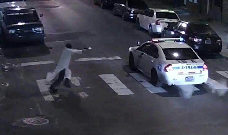 Vea como un miembro del Estado Islámico embosca y dispara a un policía en Filadelfia