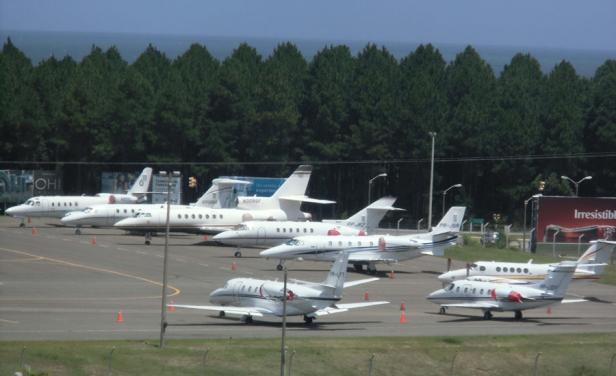 """Impactante: Aviones privados buscan dónde """"colarse"""" en aeropuerto de Punta del Este"""