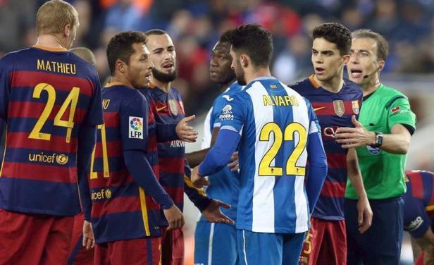 """""""Suárez ladrador y mordedor"""", decía una bandera exhibida por hinchada del Espanyol"""