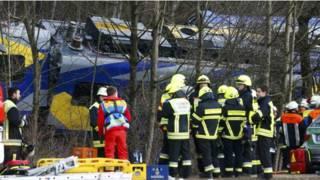 Choque de trenes de pasajeros en Alemania deja al menos 8 muertos y 100 heridos