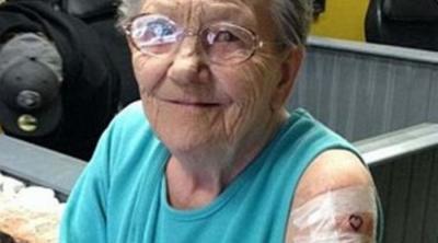 Una anciana desapareció de clínica geriátrica y la encontraron tatuándose