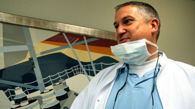 """El """"dentista del horror"""" acusado de destrozar la boca a más de 100 pacientes en Francia"""
