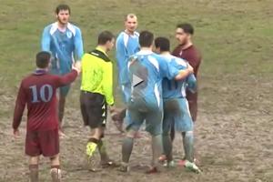 La sorprendente reacción de un árbitro tras recibir una brutal patada en el fútbol italiano