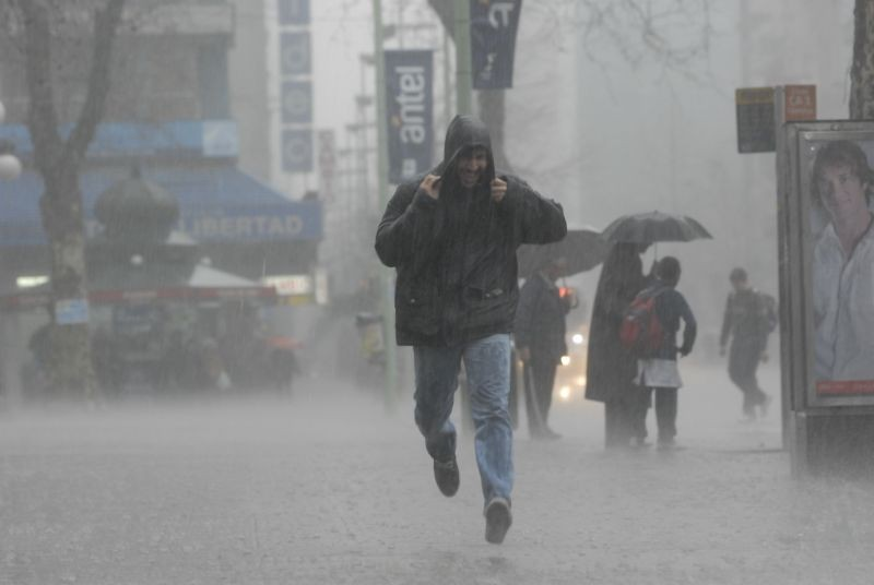 Montevideo desierto, sin ómnibus ni taxis y con lluvias