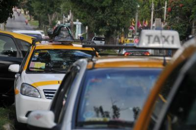 Ya hay ómnibus y sindicato del taxi define este viernes a qué hora levanta el paro