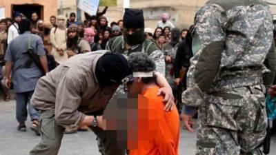 Estado Islámico apuñala a hombre en el corazón acusado de ser espía