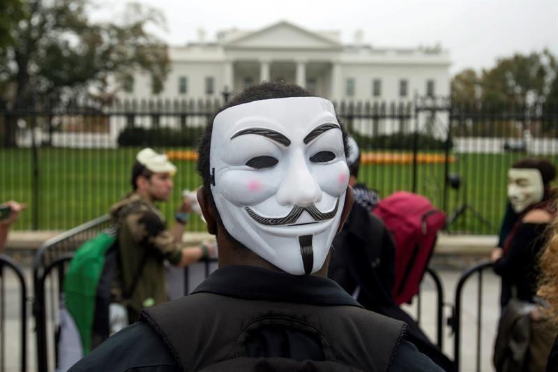 """La """"solidaridad"""" de los hackers hispanos hace """"imparable"""" a Anonymus"""