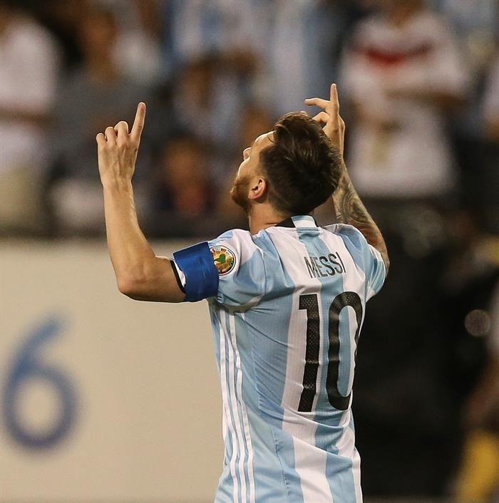Un soberbio Messi, con tres goles, guía a Argentina a cuartos de final
