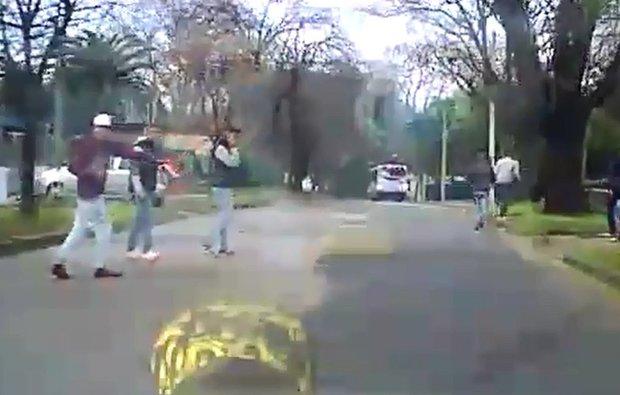 Apedrearon un taxi e hirieron a un niño de 12 años en avenida Garzón