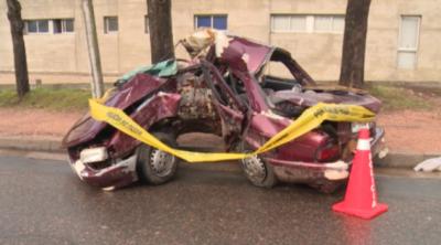 Un joven muerto y dos chicas graves al estrellarse auto contra árbol en Jardines del Hipódromo