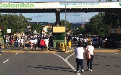 Miles de venezolanos cruzan la frontera con Colombia en busca de alimentos y medicinas