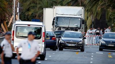 Un centenar de personas se salva del atentado en Niza lanzándose al mar