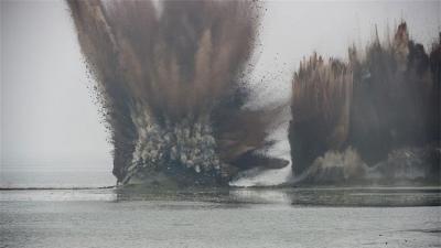 Hacen explotar un enorme dique de 4 kilómetros en China en segundos