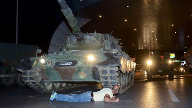 Más de 100 muertos y 2.800 militares arrestados tras intento de golpe de Estado en Turquía