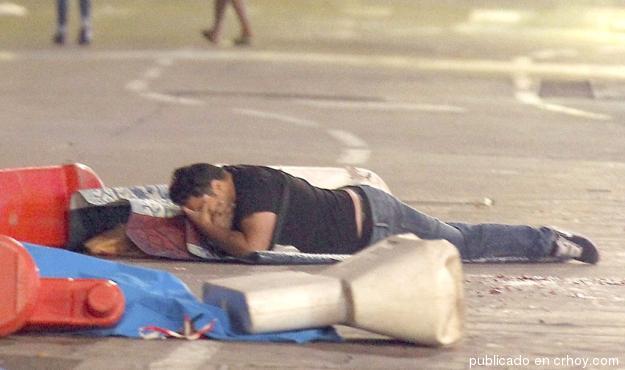 Vivos agarrados de los muertos en plena calle de Niza