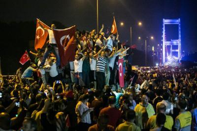 Previsor...Erdogan llegó a Estambul cuando el gobierno dijo que el golpe estaba controlado