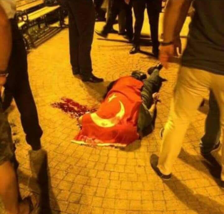 Publican la foto de un soldado golpista linchado por partidarios de Erdogan
