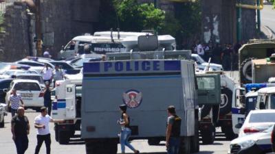 Grupo armado se apodera de edificio policial y toma rehenes en capital de Armenia