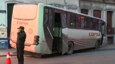 Ómnibus chocó en Centro de Montevideo mientras chofer se resistía a rapiña