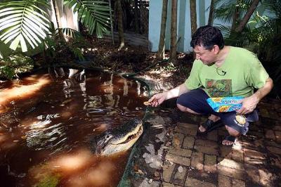 Ha sido su mascota por 47 años y ahora pide a autoridades de EEUU que no le quiten a su querido cocodrilo