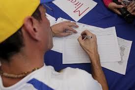 Más de mil personas despedidas por firmar a favor del referéndum revocatorio contra Maduro