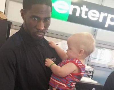 El gesto amable de un empleado al ayudar a una mamá con uno de sus gemelos