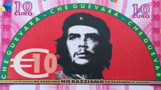 Pueblo italiano les da billetes con el rostro del Che, Hugo Chávez y Marx a los inmigrantes