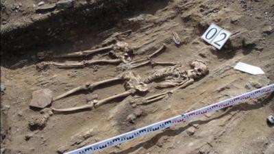 Arqueólogos hallan restos de una pareja cogidos de la mano durante 5.000 años