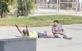 Policía de Miami dispara a cuidador de hombre autista que jugaba en la calle
