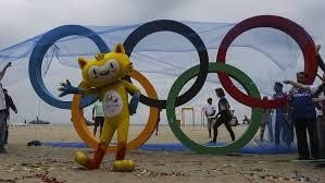 Inauguran anillos olímpicos de plástico reciclado en la playa de Río de Janeiro
