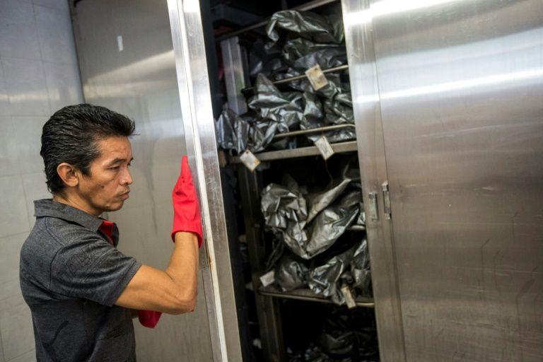 En la calurosa Acapulco, los cadáveres saturan las neveras de la morgue