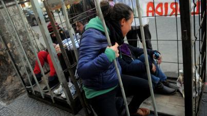 """Activistas se """"enjaulan"""" frente a sede del FA por la osa Eva"""